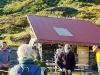 Ankunft in der Hütte der ARGE Nadelquarz und Begrüssung durch Walti Metz (links)