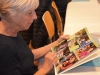 Ursula Betschart stöbert im Fotobuch