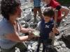 Priska erklärt den Mineralienreichtum im Waschsand